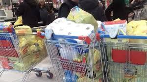 Photo of ..e dopo la corsa a fare scorta al supermercato, il pacco di mammà.